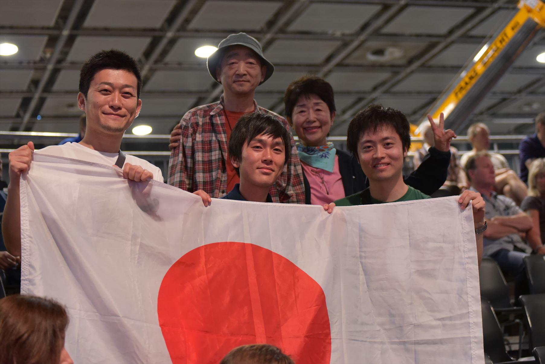 日本応援団!!日の丸が選手を勇気づけます