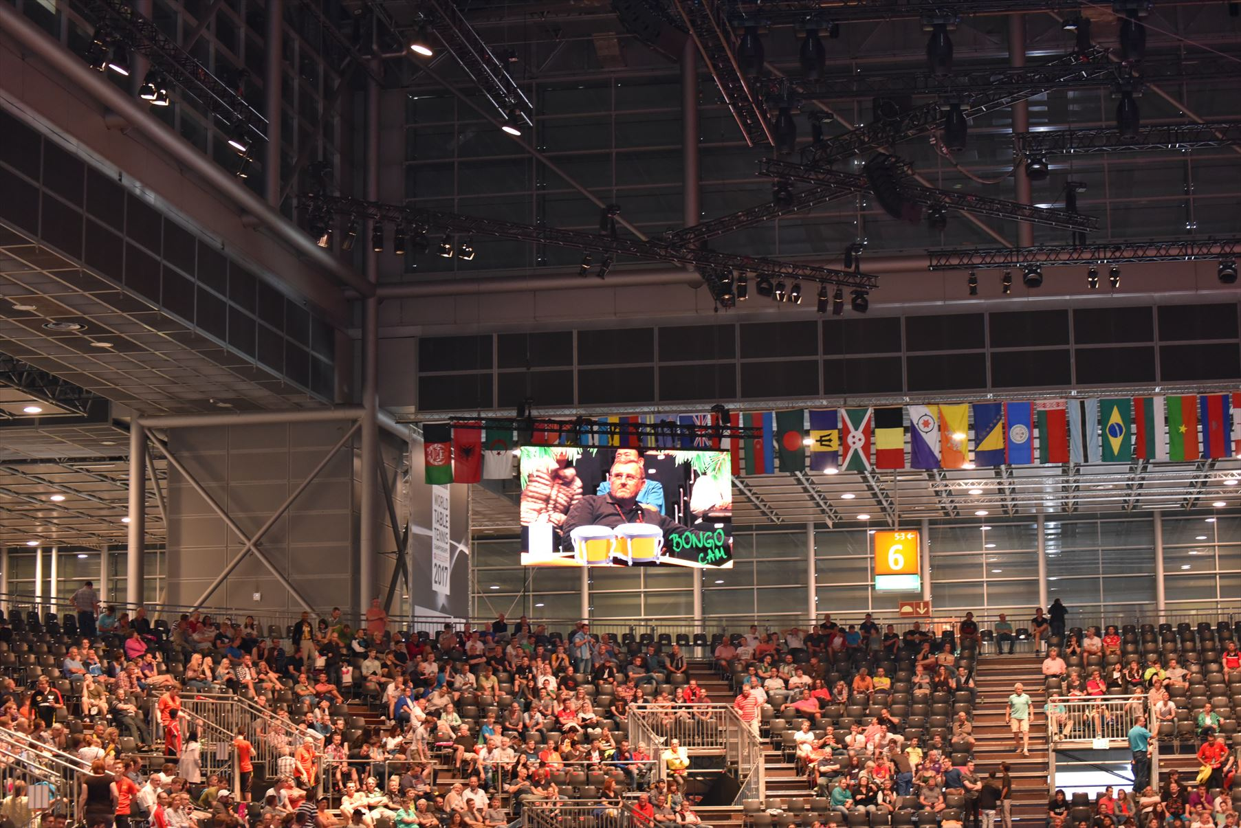 試合途中はMJパフォーマンスで観客を盛り上げます!